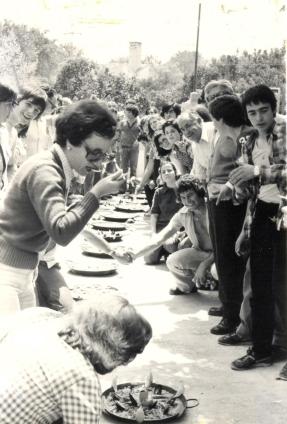 19770600 Albufera 11 De paellas en y Nieves Granero tastándola